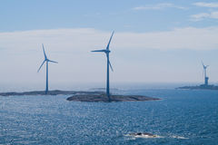 海岛背景的风力植物 免版税库存照片