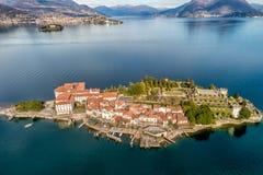 海岛贝利亚鸟瞰图马焦雷湖的,是其中一个北部意大利的山麓的,韦尔巴尼亚Borromean海岛 免版税库存照片