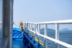 海岛轮渡右舷gunnel在海岸线附近的在韩国 免版税库存图片