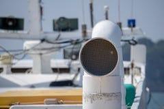 海岛轮渡烟囱在coastalline附近的在巨济市海岛 库存照片