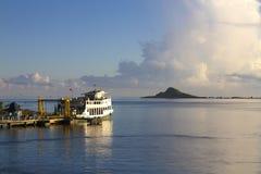 海岛载汽车轮船 免版税库存照片