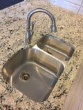 海岛逆水槽在一个新的厨房里 免版税图库摄影