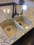 海岛逆水槽设计在一个新房厨房里 免版税库存图片