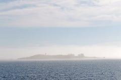 海岛barly可看见在薄雾 免版税库存照片