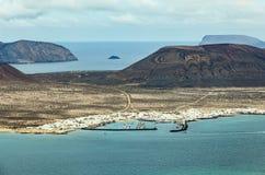 海岛La Graciosa的看法与镇Caleta de Sebo的 免版税图库摄影