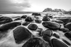 海岛lofoten 美好的挪威春天风景 黑白的照片 库存照片