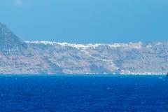 海岛oia santorini 从海运的视图 免版税库存图片