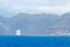 海岛oia santorini 从海运的视图 免版税图库摄影