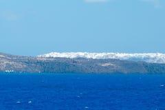 海岛oia santorini 从海运的视图 图库摄影