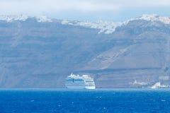 海岛oia santorini 从海运的视图 库存照片