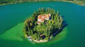 海岛Visovac,空中上升射击 免版税图库摄影