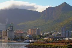 海岸、城市和山土坎 路易斯・毛里求斯端口 免版税图库摄影