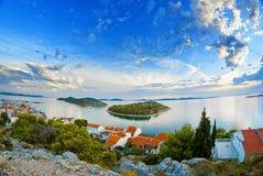 海岸、海岛和老镇,克罗地亚达尔马提亚全景  库存照片