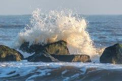 海岸侵蚀 碰撞反对海洪水防御岩石的波浪 库存图片