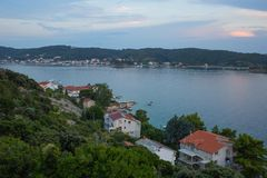 海岸克罗地亚岩石海岛的rab 免版税库存照片