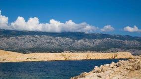 海岸克罗地亚岩石海岛的rab 图库摄影