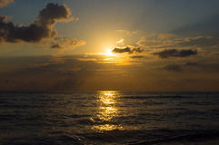 海岸克里米亚太阳路径的海运 图库摄影