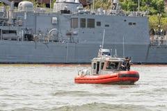 海岸卫队可移动的港口安全小船 免版税图库摄影