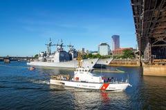 海岸卫队和钢桥梁 免版税库存图片