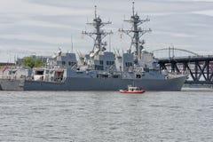 海岸卫队安全小船被变矮小的USS杜威 免版税库存图片