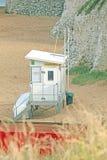海岸卫队小屋和白垩堆 免版税库存图片