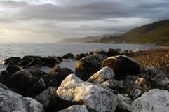 海岸向白色扔石头 免版税库存照片