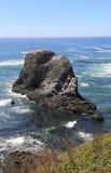 海岸和平岩石 免版税库存图片