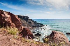 海岸和美丽的红色海滩的看法 库存照片