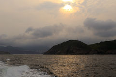 海岸太阳集合 免版税库存照片