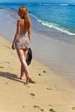 海岸妇女年轻人 免版税图库摄影