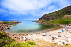 海岸晃动沙子撒丁岛海运 免版税库存照片