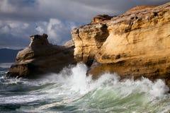 海岸横向俄勒冈风大浪急的海面 免版税库存图片