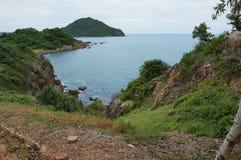 海岸横向岩石海运 免版税库存图片