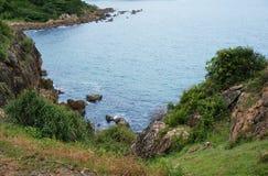 海岸横向岩石海运 库存图片