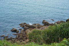 海岸横向岩石海运 图库摄影