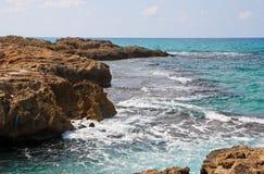 海岸横向岩石风景海运 免版税库存照片