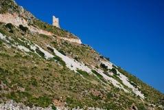 海岸沿海中世纪西西里人的塔 免版税库存图片