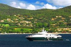 海岸法国豪华里维埃拉游艇 免版税库存图片