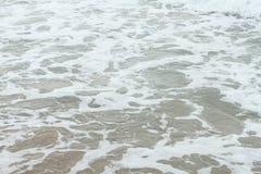 海岸泡沫似的水 免版税库存照片
