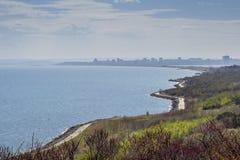 海岸海岸线横向全景礁石视域 免版税库存照片
