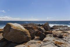 海岸海岸线横向全景礁石视域 Bingie (在Morua附近) 澳洲 库存照片