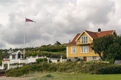 海岸的传统挪威房子 免版税图库摄影