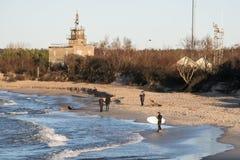 海岸的冲浪者在冬天 库存图片