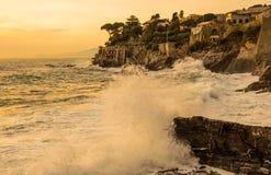 海岸的在日落,热那亚,意大利风大浪急的海面 库存图片
