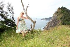 海岸的妇女 免版税库存照片
