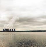 海岸的核电站 库存照片