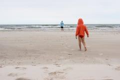 海岸的父亲和儿子 免版税库存照片