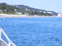 海岸的看法从一艘船的从在远处 免版税库存照片