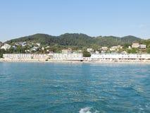海岸的看法从一艘船的从在远处 库存图片