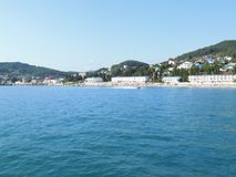 海岸的看法从一艘船的从在远处 免版税库存图片